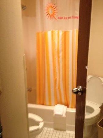 لاكوينتا إن آند سويتس بلاتسبرج: salle de bain