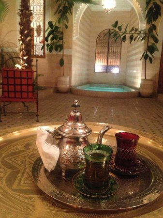 Riad RabahSadia: moment de détente autour d'un thé à la menthe après une virée au souk