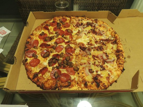 Meat lovers and maui zaui picture of round table pizza for Table a pizza