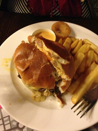 Castle Hotel: The burger that my sister enjoyed.