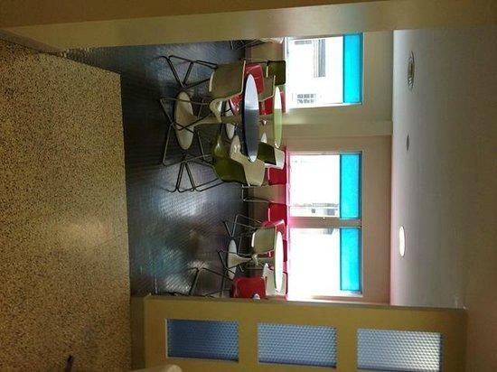 The Big Sleep Hotel Cheltenham: Breakfast area