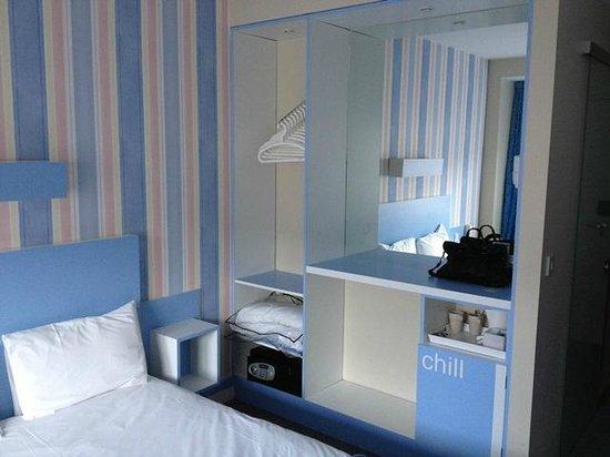 The Big Sleep Hotel Cheltenham: Wardrobe