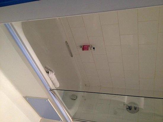 The Big Sleep Hotel Cheltenham: Bathroom