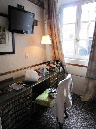 Hotel Relais Saint Sulpice : 窓の向こうは教会