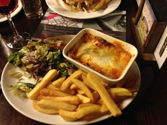 Castle Hotel: Soupy lasagna and salad on a hot plate is not appetizing.