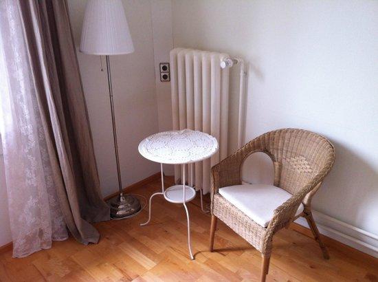 Hotel am Bach: Sitzecke im Schlafzimmer