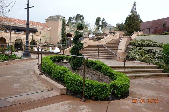 Blackhawk Plaza: Beautiful stairway to Museum