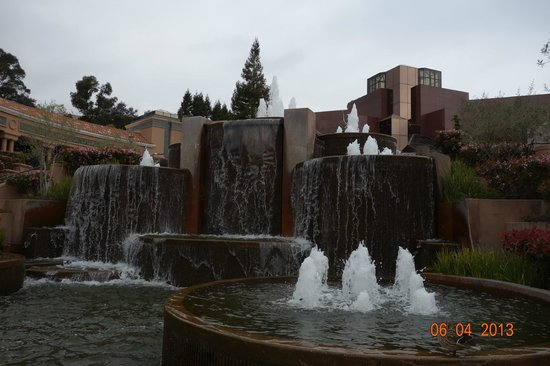 Blackhawk Plaza: Fountain in front of Museum