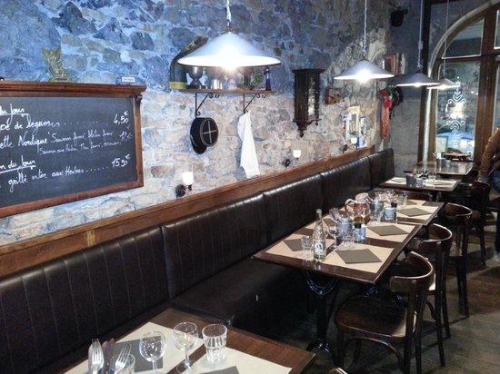 La cotelette: The front dining area