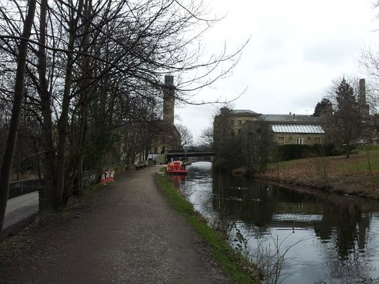 Saltaire Village: Leeds and Liverpool canal - Saltaire