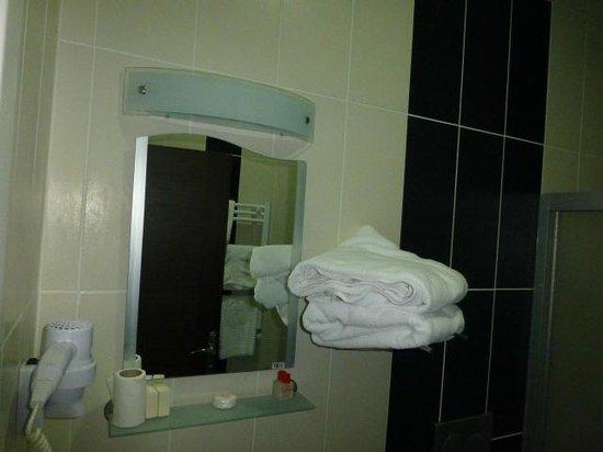 Hotel Venus : Bathroom with clean towels