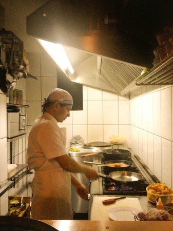 Swagatam Bar-Restaurant Hindu: Cocina (abierta) de Swagatam