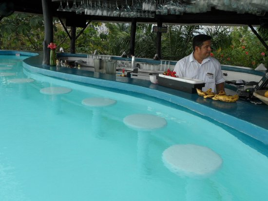 La Mariposa Hotel: swim-up pool bar