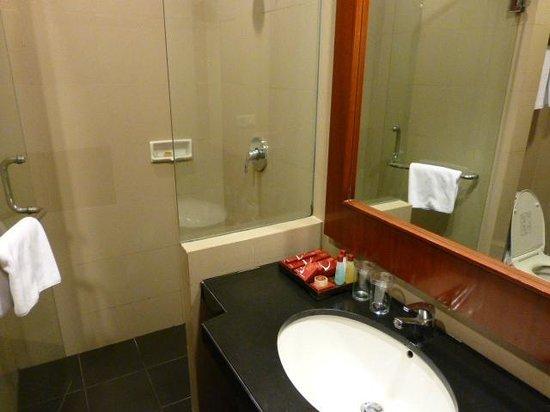 Manado Quality Hotel: Bathroom