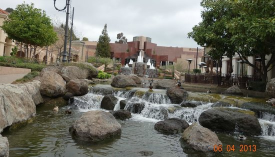 Blackhawk Plaza: Water flowing from fountains by the Museum.