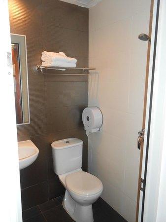 โรงแรมฟราแกรนซ์ บูกิส: Baño diminuto y muy incomodo