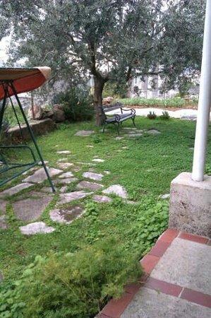 Guest House Anica: Garden overlooking town