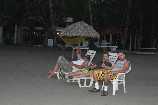 Pelican Hotel and Restaurant : Relax time con amigos en la Playa