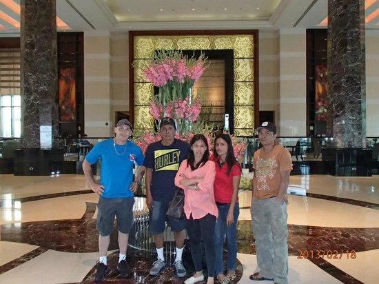 Radisson Blu Cebu: Family in the Lobby