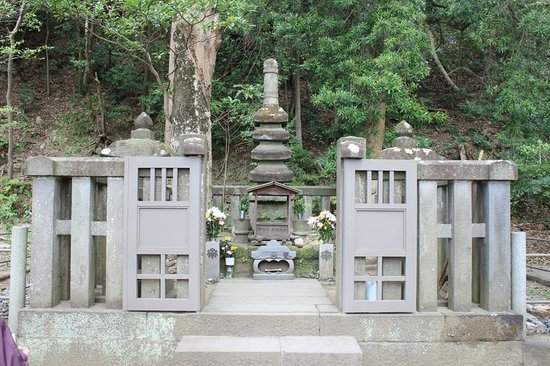 Grave of Minamoto Yoritomo: 頼朝の墓