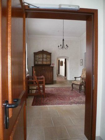 Romantik Hotel Tuchmacher: Hallway with antiques