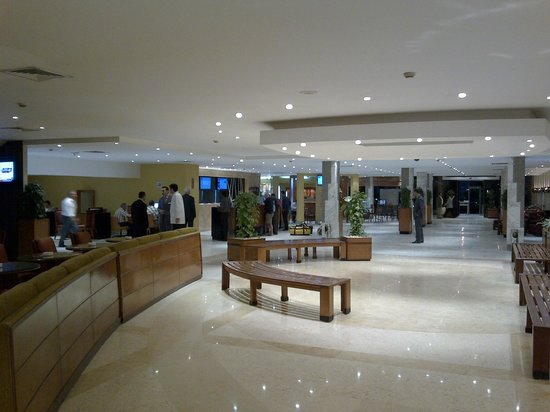 Novotel Cairo Airport: Lobby with free wifi