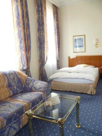 Hotel Bayerischer Hof: Generous room for a single