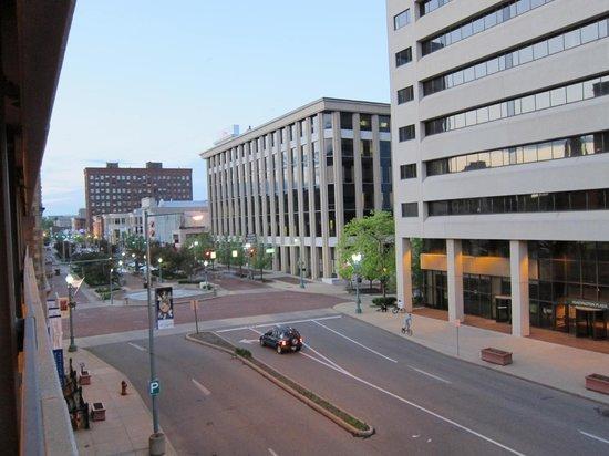 McKinley Grand Hotel: паркинг и улица