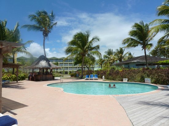 Coconut Bay Beach Resort & Spa: Adult Bar and Pool