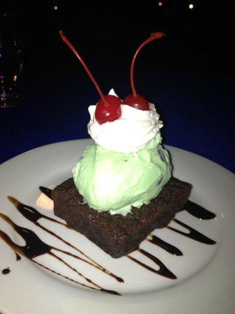 Hideaway Hotel Restaurant: Home-made mint & chocolate chip ice cream and brownie, yum!