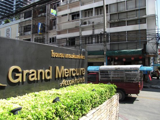 Grand Mercure Bangkok Fortune: выход на улицу