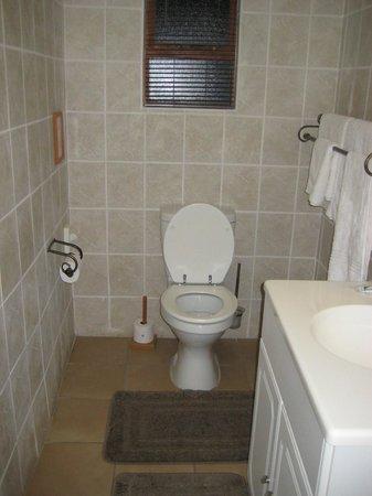 Happy Jackal Guest House: Bathroom