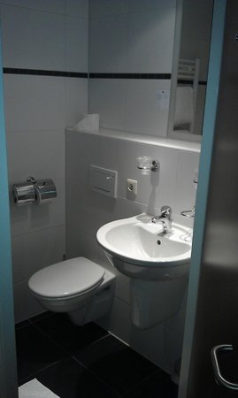 Badkamer: klein maar alles erop en eraan. - Foto van Fletcher Hotel ...
