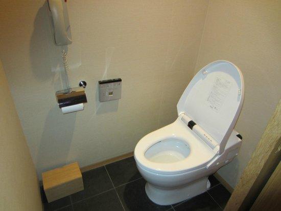 Hyatt Regency Kyoto: Warm Japanese en suite toilet