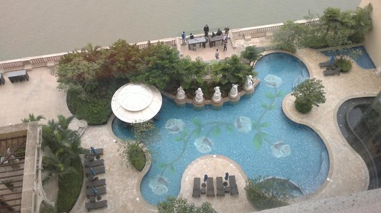 Sofitel Macau at Ponte 16: Just looking down from our room.