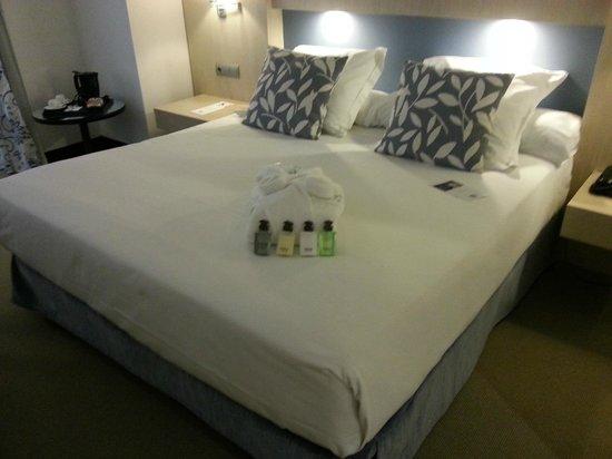 Hotel Nuevo Boston: Mi enorme cama,con un albornoz para la ducha,y productos para el baño-ducha