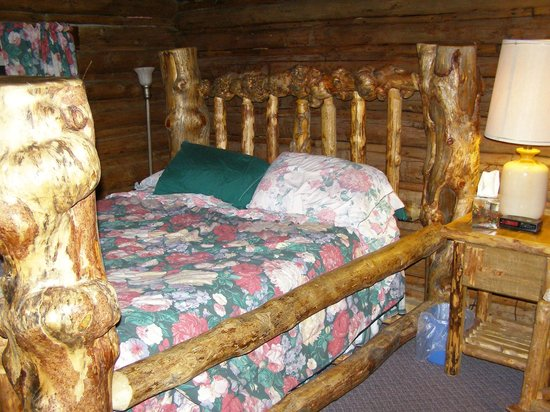 Anne Kent Cabins: Double bed in main cabin