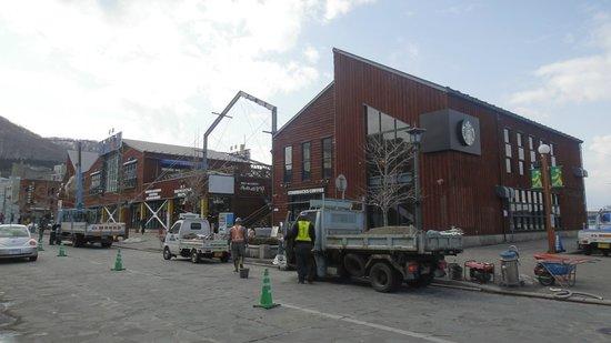 Starbucks Coffee Hakodate Bayside: 2013年3月末、道路工事中でした。