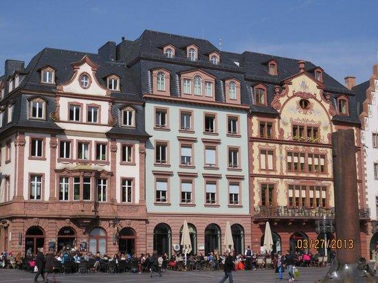 Figaro Cafe & Restaurant: Na praça do mercado, frente à cetedral