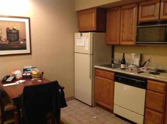 Homewood Suites Dallas/Addison: Kitchen in suite