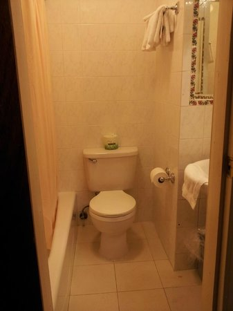 Hotel St. James: bathroom in rm #904