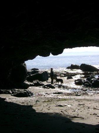 Straitview Ridge B&B: CAVE AT MYSTIC BEACH