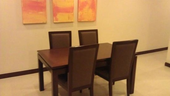 Grand Mercure Bangkok Asoke Residence: dining table