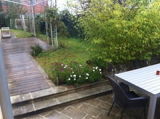 La Maison Cachee : petit coin de jardin