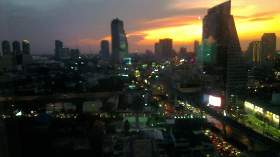 Eastin Grand Hotel Sathorn: the pool whit view of bangkok