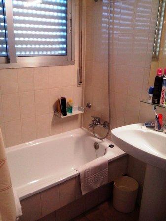 Hotel Con D 'Arbon: baño pequeño pero en buenas condiciones