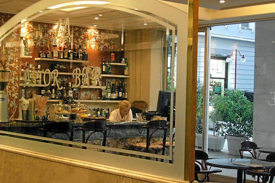 Astor Hotel Athens: Coffee shop off hotel lobby