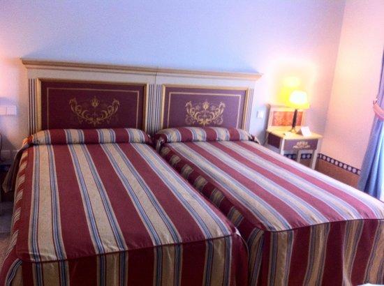 Alcazar de la Reina Hotel: Cama con cabecero señorial