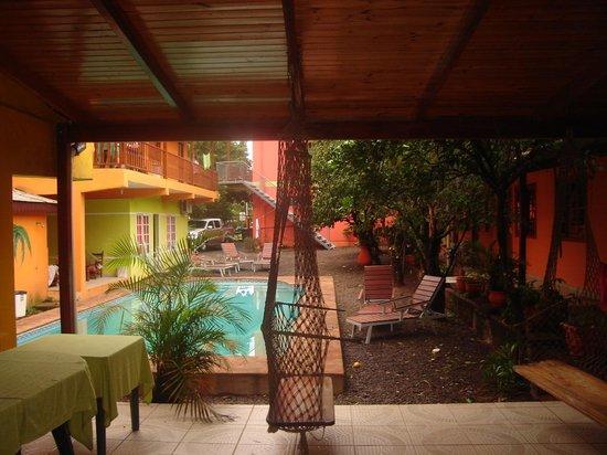 Hostel Peter Pan: Vista del patio con pileta