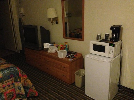 Americas Best Value Inn Hesperia: Mini Fridge and Microwave. TV has dvd/vhs player
